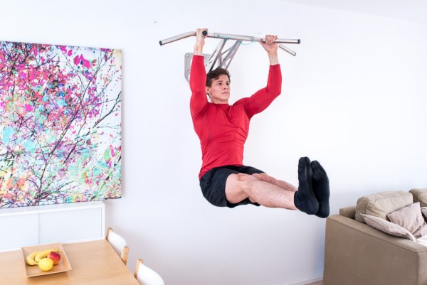 klimmzugstange-pullup-and-dip-bar-indoor-beinheben